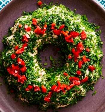 украшение блюд на новый 2020 год - оригинальный салат венок
