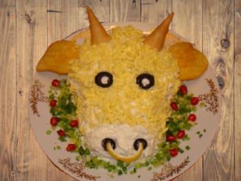 как украсить блюда на новый год быка - салат с бычком